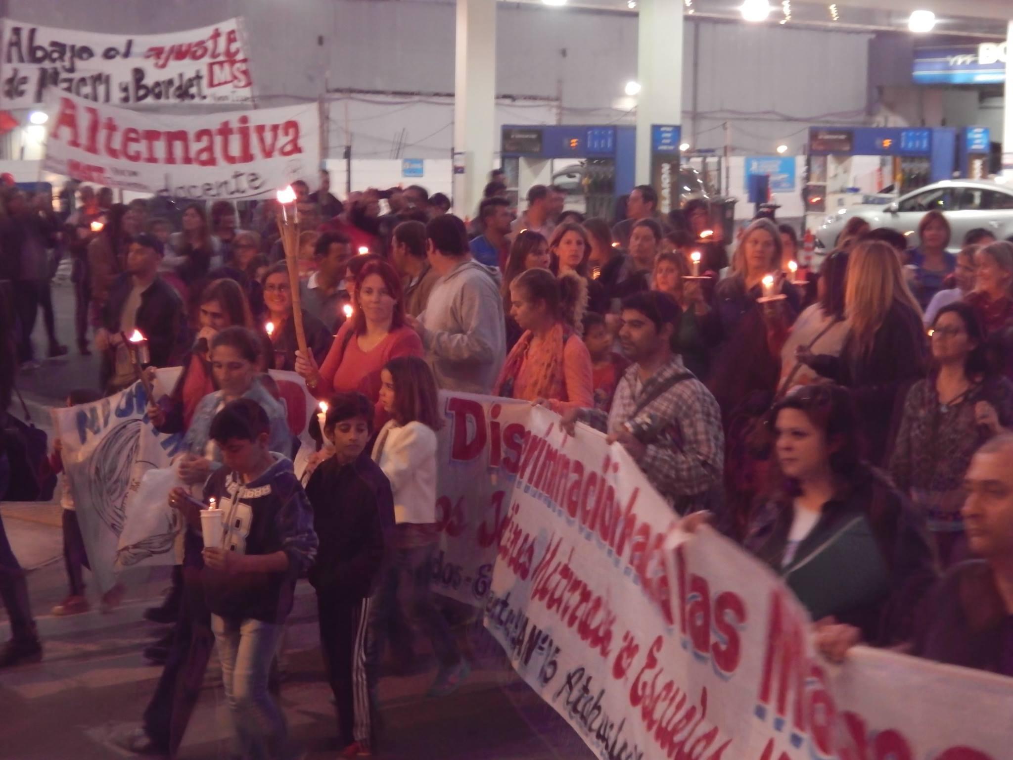 AGMER Paraná realizó una marcha de antorchas frente a Casa de Gobierno