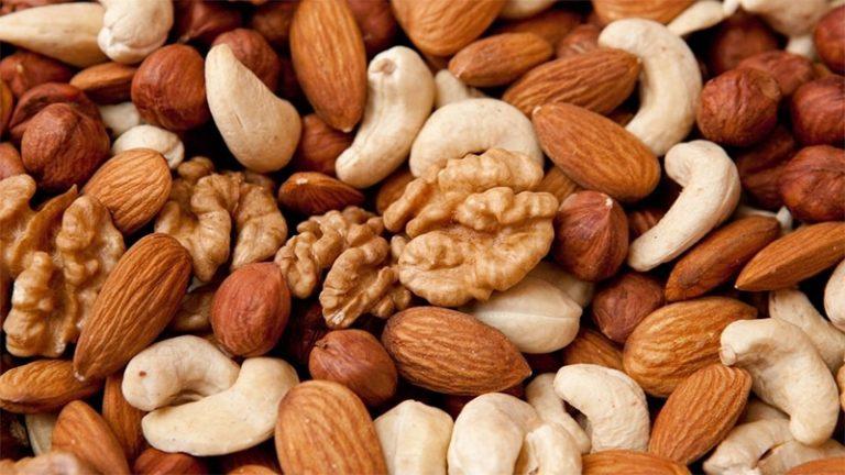 Comer nueces podría disminuir el riesgo de ataque cardiaco y ACV