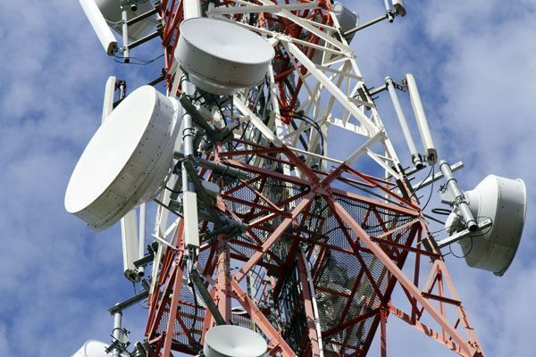 Especialista afirmó que las antenas y los celulares matan por la radiación