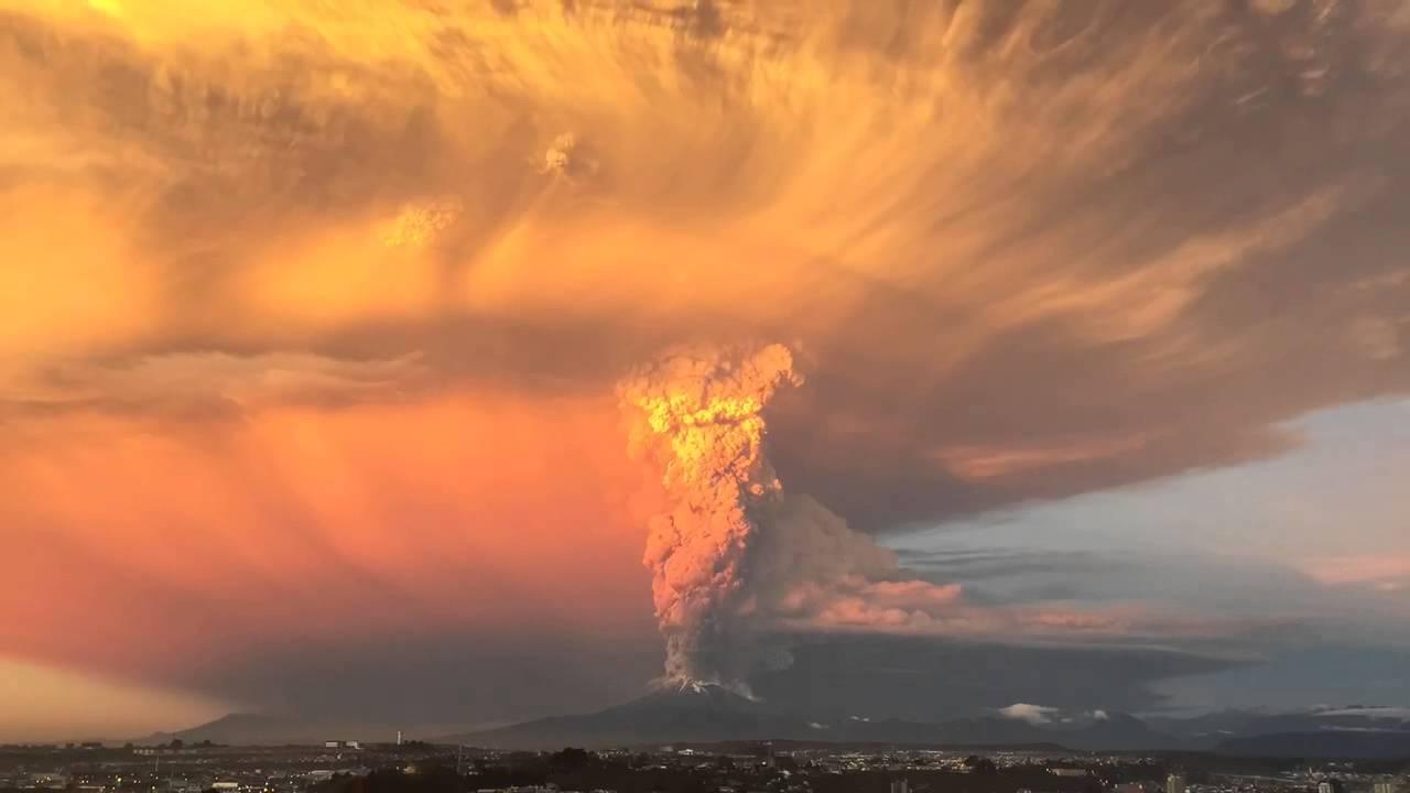 Entró en erupción el volcán chileno Calbuco tras 43 años de inactividad y declaran la alerta roja en la zona